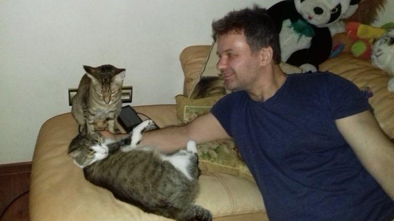 Зоозащитник Алексей Тихомиров, много лет помогает бездомным животным, спасает кошек